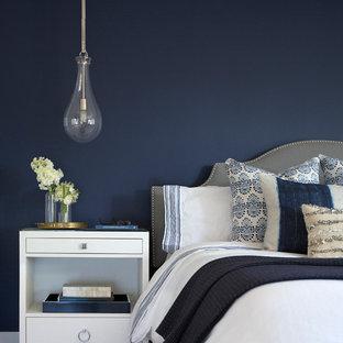 Mittelgroßes Modernes Hauptschlafzimmer ohne Kamin mit brauner Wandfarbe, braunem Holzboden und braunem Boden in San Francisco