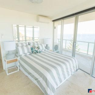Свежая идея для дизайна: гостевая спальня среднего размера в морском стиле с белыми стенами и полом из травертина - отличное фото интерьера