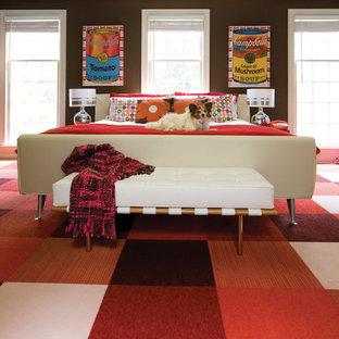 На фото: спальня в современном стиле с коричневыми стенами, ковровым покрытием и красным полом с