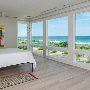 Imagen de dormitorio principal, marinero, grande, con paredes blancas y suelo de linóleo