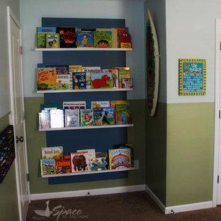 Ejemplo de habitación de invitados marinera, de tamaño medio, con paredes verdes y moqueta