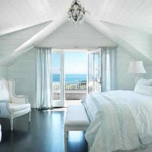 Новые идеи обустройства дома: спальня в морском стиле с белыми стенами и темным паркетным полом