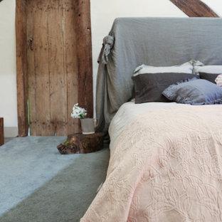 Idéer för att renovera ett mellanstort lantligt huvudsovrum, med beige väggar, heltäckningsmatta och grönt golv