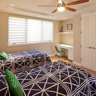 Ispirazione per una camera degli ospiti stile marinaro di medie dimensioni con pareti beige e moquette