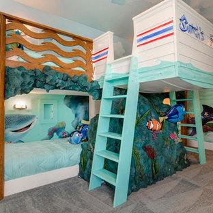Imagen de habitación de invitados tropical, grande, con paredes azules y moqueta