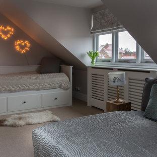 На фото: маленькая спальня в стиле кантри с серыми стенами и ковровым покрытием без камина с