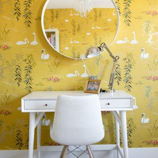 Foto de dormitorio minimalista, de tamaño medio, con paredes amarillas, moqueta y suelo gris