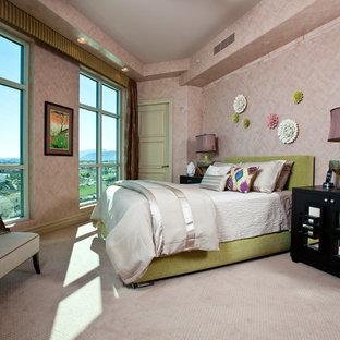 ラスベガスのコンテンポラリースタイルのおしゃれな寝室 (ピンクの壁) のレイアウト
