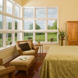 ワシントンD.C.の中サイズのカントリー風おしゃれなロフト寝室 (黄色い壁、濃色無垢フローリング、暖炉なし) のレイアウト