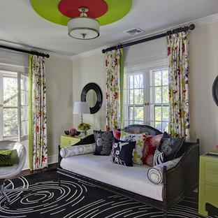 Foto på ett litet funkis gästrum, med mörkt trägolv, vita väggar och brunt golv