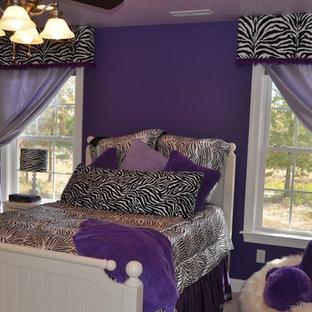 Imagen de dormitorio tradicional renovado, grande, sin chimenea, con paredes púrpuras, moqueta y suelo beige