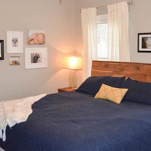 Стильный дизайн: хозяйская спальня среднего размера в стиле модернизм с серыми стенами и паркетным полом среднего тона без камина - последний тренд