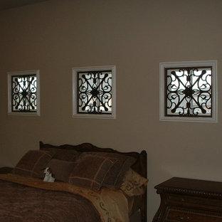 Cette photo montre une chambre d'amis méditerranéenne de taille moyenne avec un mur beige et aucune cheminée.