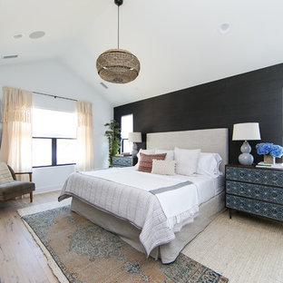 Ispirazione per una camera da letto costiera con pareti nere, parquet chiaro e pavimento beige