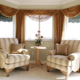 Ejemplo de dormitorio clásico, grande, con paredes beige y suelo blanco