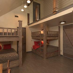 Idéer för ett stort industriellt sovloft, med beige väggar och mellanmörkt trägolv