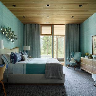 Modelo de dormitorio contemporáneo, sin chimenea, con paredes verdes, moqueta y suelo multicolor