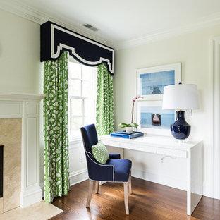 Imagen de dormitorio principal, clásico renovado, con paredes blancas, suelo de madera oscura, chimenea tradicional y marco de chimenea de piedra
