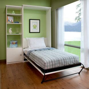 Inspiration för små klassiska gästrum, med gröna väggar och mellanmörkt trägolv