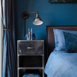 Стильный дизайн: маленькая хозяйская спальня в стиле модернизм с синими стенами и паркетным полом среднего тона без камина - последний тренд