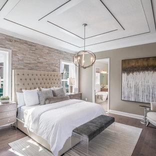 Ispirazione per una camera matrimoniale classica con pavimento in legno massello medio, pareti marroni e pavimento marrone