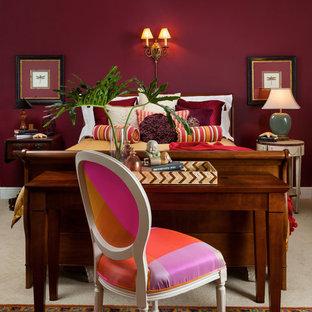 マイアミの中くらいのトラディショナルスタイルのおしゃれな客用寝室 (赤い壁、カーペット敷き、暖炉なし) のレイアウト