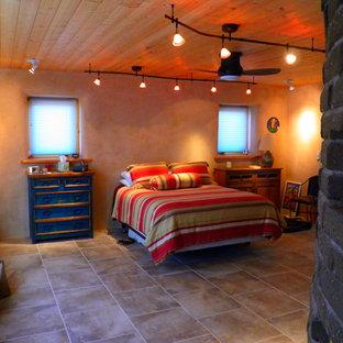 Foto de habitación de invitados de estilo americano, grande, con paredes beige y suelo de baldosas de cerámica