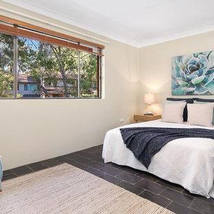 Foto de dormitorio principal, marinero, de tamaño medio, con paredes beige, suelo de pizarra y suelo negro