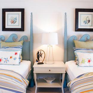 Стильный дизайн: огромная гостевая спальня в морском стиле с белыми стенами, полом из травертина и бежевым полом - последний тренд