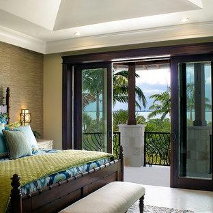 Свежая идея для дизайна: большая гостевая спальня в морском стиле с бежевыми стенами, полом из травертина и бежевым полом без камина - отличное фото интерьера