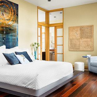 Cette image montre une chambre parentale asiatique de taille moyenne avec un mur beige, un sol en bois foncé, aucune cheminée et un sol marron.