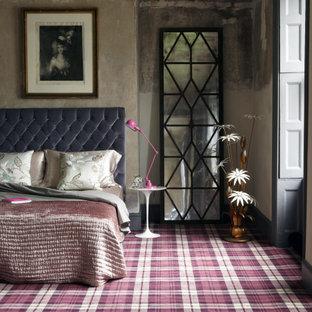 Modelo de dormitorio principal, rural, grande, con moqueta, marco de chimenea de hormigón y suelo multicolor