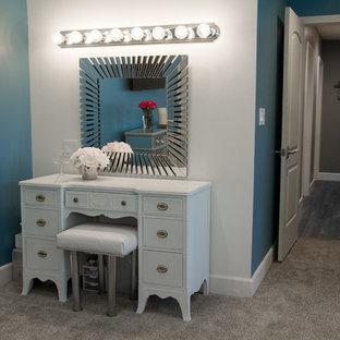 Imagen de dormitorio principal, tradicional renovado, de tamaño medio, sin chimenea, con paredes azules y moqueta