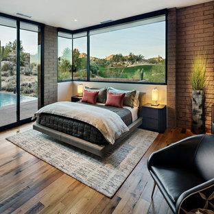 Выдающиеся фото от архитекторов и дизайнеров интерьера: хозяйская спальня в стиле фьюжн с коричневыми стенами и паркетным полом среднего тона