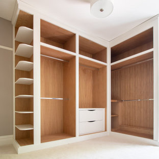 Idée de décoration pour une grande chambre victorienne avec un mur beige, aucune cheminée et un sol beige.