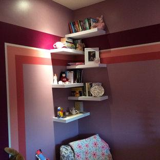 Foto di una camera da letto design di medie dimensioni con pareti viola e moquette