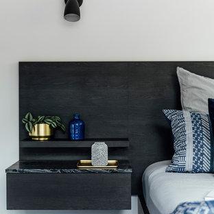 Diseño de dormitorio principal, moderno, de tamaño medio, con paredes blancas, moqueta y suelo azul