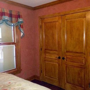 Modelo de habitación de invitados clásica, de tamaño medio, con paredes multicolor y suelo de madera en tonos medios