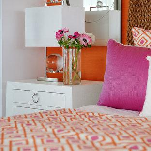Modelo de habitación de invitados tradicional renovada, pequeña, sin chimenea, con parades naranjas, suelo de baldosas de porcelana y suelo gris