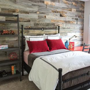 Idée de décoration pour une chambre d'amis champêtre avec un mur marron.