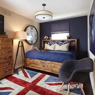 トロントの小さいコンテンポラリースタイルのおしゃれなゲスト用寝室 (濃色無垢フローリング、茶色い床、ベージュの壁、暖炉なし)