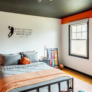 Inspiration för mellanstora moderna sovrum, med orange väggar