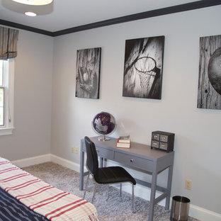Ejemplo de dormitorio tradicional renovado con paredes grises y moqueta