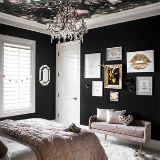 Bild på ett mellanstort eklektiskt sovrum, med svarta väggar och heltäckningsmatta
