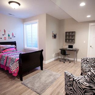 Ejemplo de dormitorio de estilo americano, de tamaño medio, sin chimenea, con paredes grises y suelo de madera clara