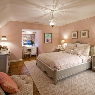 Ispirazione per una camera degli ospiti stile shabby di medie dimensioni con pareti rosa, parquet scuro e pavimento marrone