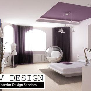 Immagine di una camera da letto minimalista di medie dimensioni con pareti viola e nessun camino