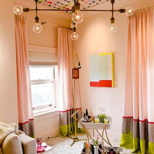 Exempel på ett eklektiskt sovrum, med rosa väggar och heltäckningsmatta