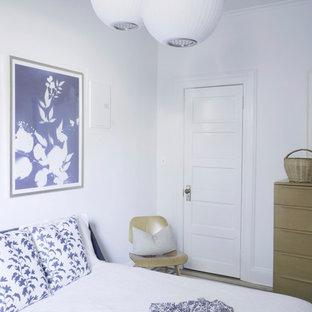 ニューヨークの広いエクレクティックスタイルのおしゃれな主寝室 (黄色い壁、無垢フローリング、暖炉なし、茶色い床)