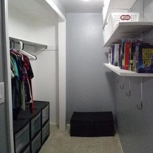 Imagen de dormitorio moderno, pequeño, sin chimenea, con paredes grises y moqueta